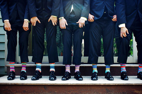 Männergruppe mit Ringelsocken, die Hosenbeine Hochziehen