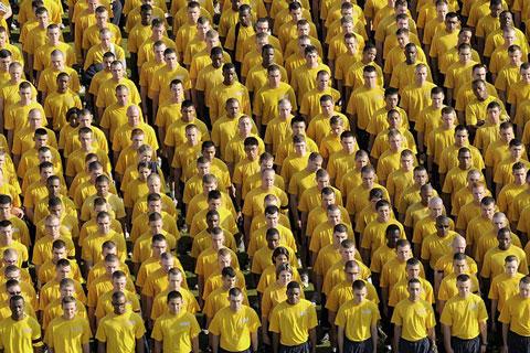 Aufgestellte Navi Soldaten in gelben T-shirts