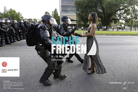 Plakat 101. Katholikentag Frau gegenüber Polizei Baton Rouge
