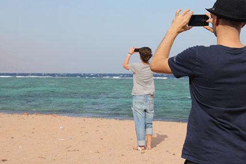 Foto vom Meer von zwei Menschen hintereinander